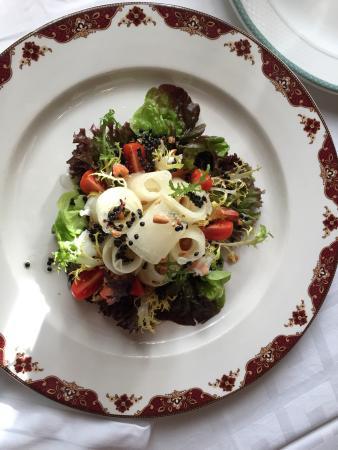 Xalet Suis: Ensalada de melón con salmón y langostinos