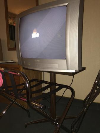 Cabrillo Inn at the Beach: Old small tv on inadequate stand. Had to put luggage stand in front to avoid tv from falling on