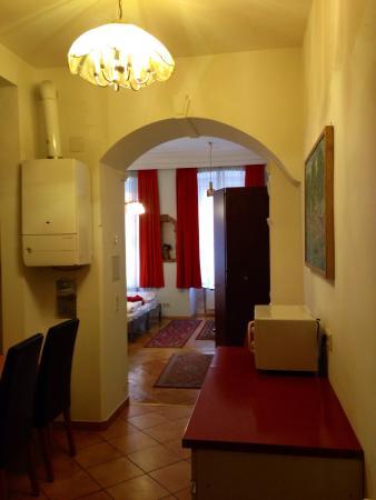 Happy Hostel: Pasillo hacia habitación por cocina