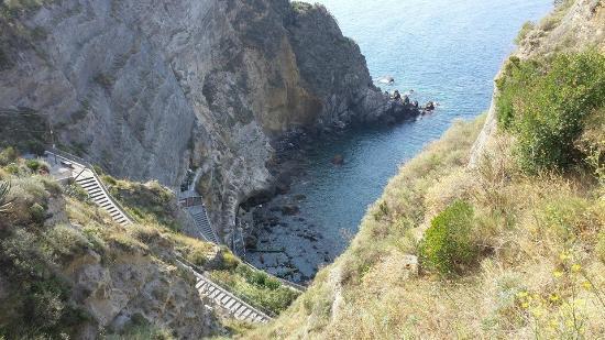 Panza, Италия: Scale che vanno alla baia
