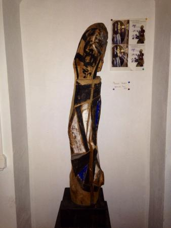 Happy Hostel: Freak and ugly statue