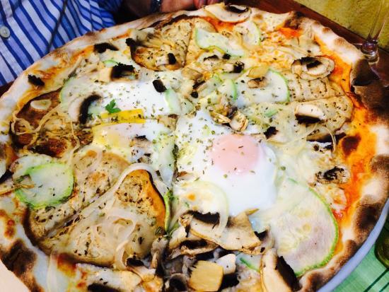 Pizzeria La Tartaruga : Pizza mediterránea (vegetariana con huevo extra )