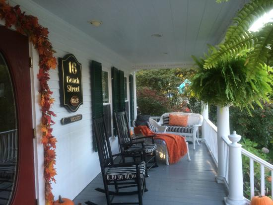 16 Beach Street Bed and Breakfast : Front Porch