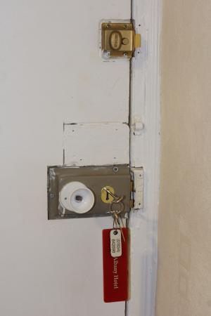The Albany Hotel: Very unsecure locks