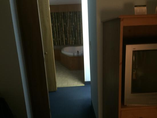 ‪‪Motel 62‬: View of the mini hallway area leading into the bedroom/jacuzzi area from the living room area.‬