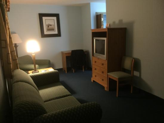 ‪‪Motel 62‬: Living room area: view from the front door‬