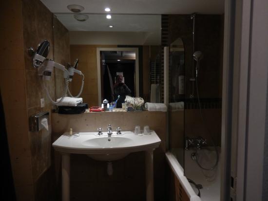 Le hall avec placard et porte en miroir - Photo de Hotel Art Déco ...