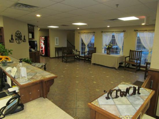 Atria Hotel & RV McGregor: Front Desk & Lobby