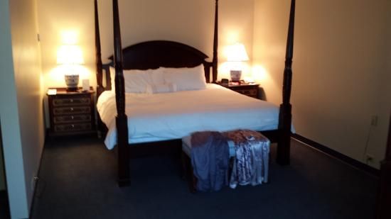 The Simsbury Inn: The bed