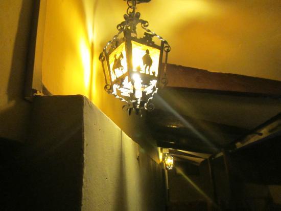 Orquidea Real Hostal: Lámparas del corredor, fuera de la habitación