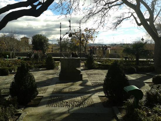 El pozo en el jard n picture of huerto de calixto y - Huerto y jardin ...