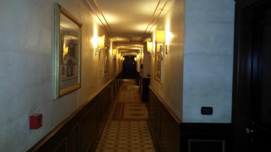 River Chateau Hotel: le couloir