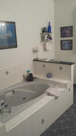 Ridgeview Gardens Bed and Breakfast: loved the Jacuzzi tub