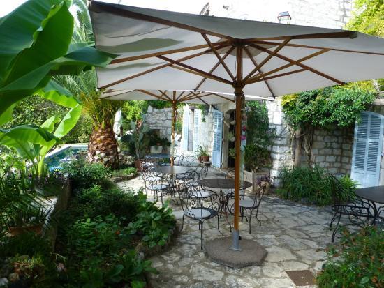 Les Orangers : Very relaxing area for drinks/breakfast