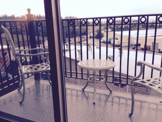 Fairhaven Village Inn: View of deck - a bit too chilly today!