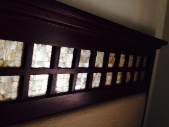 Hotel Vicente: Headboard details - capiz shells