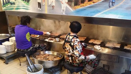 Damyang-gun, South Korea: 돼지갈비 굽는 아주머니들
