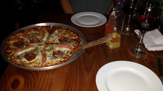 Lolo's Pizza and Vinery: House pizza, house wine