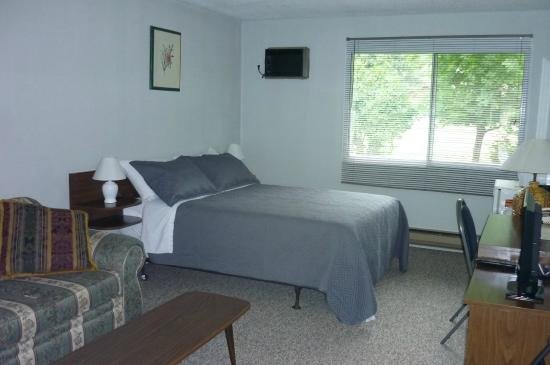 Greenwood Motel and RV Park: 300 sqf. room with one queen bed and sitting area