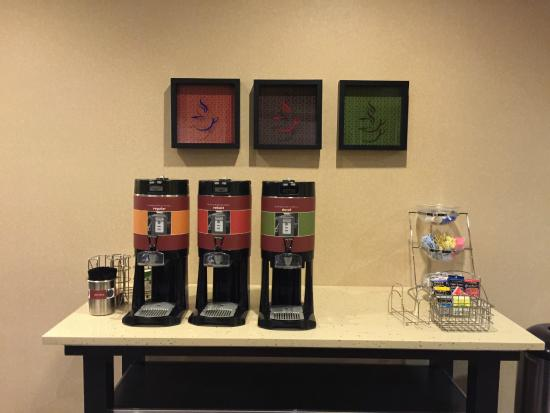 Hampton Inn & Suites Reno: Empty coffee, hot chocolate, and arrival beveerage area