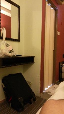 Hotel Zenobia: Smaill like grave.