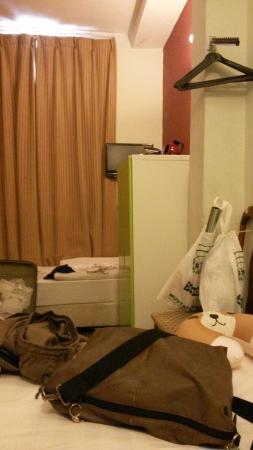 Hotel Zenobia: The most stupid finisher arrangements.....how to see the TV can anyone help me?