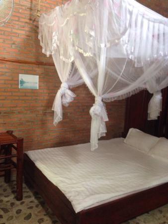 Green Hope Lodge: Bett im Bungalow am Fluss