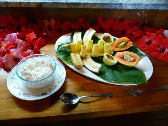 Hale Maluhia Country Inn (house of peace) Kona: Breakfast:  selection of fresh fruits
