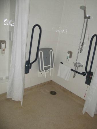 Ibis London Elstree Borehamwood: Accessible shower