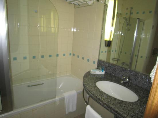 Novotel World Trade Centre Dubai : BATHROOM