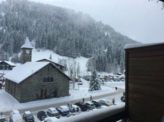Chez Jan : Vue depuis le balcon : Pistes, Eglise et parking