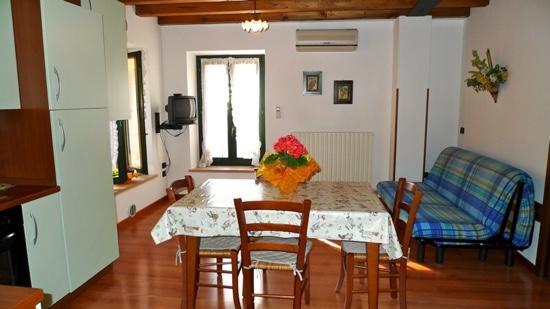 Open space,cucina-soggiorno in ingresso appartamento. Spazioso e ...