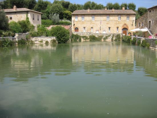 Vasca al centro del borgo - Picture of Terme Bagno Vignoni, Bagno ...