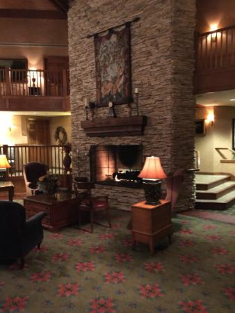 Cherry Valley Lodge: nice fireplace