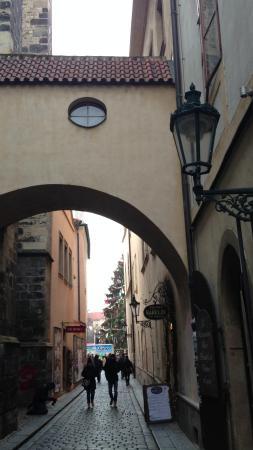 Cerny Slon: Выход из отеля на Староместкую площадь.