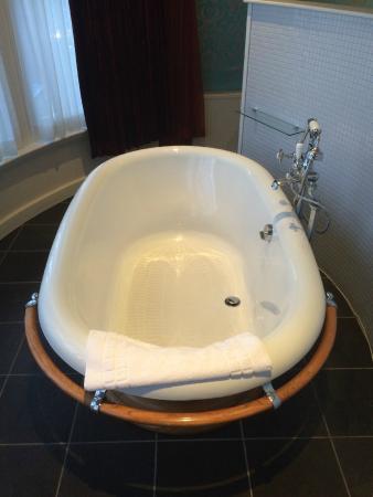 The Crown Hotel Stamford: Huge bath in room 2