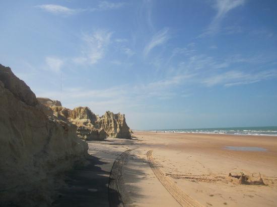 Canoa Quebrada, CE: falèsias esculpidas na praia Fontainha