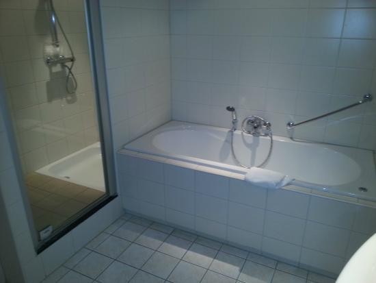 Boshotel Vlodrop: salle de bain douche et baignoire a bulle