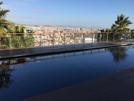 La piscine sur le toit de l 39 h tel et la super vue sur for Renaissance piscine