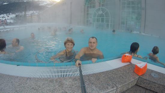 Walliser Alpentherme & Spa Leukerbad: Зимнее купание в открытом термальном бассейне с гидромассажами.