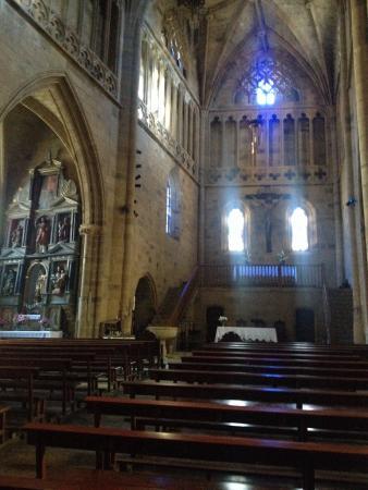 Iglesia de San Salvador: Iglesia Getária con el suelo inclinado