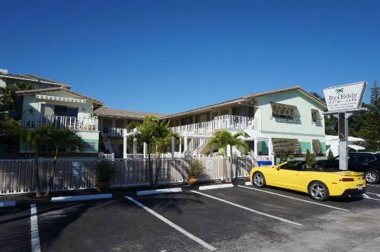 By Eddy Motel : Motel von außen mit unserem gelben Camaro