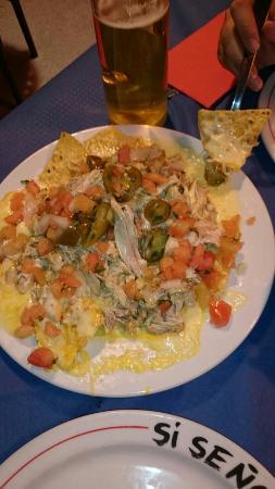 Si Senor : Nachos con pollo salsa verde y jalapeños