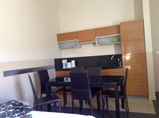 Villa Carnot: Vue cuisine / table salla à manger