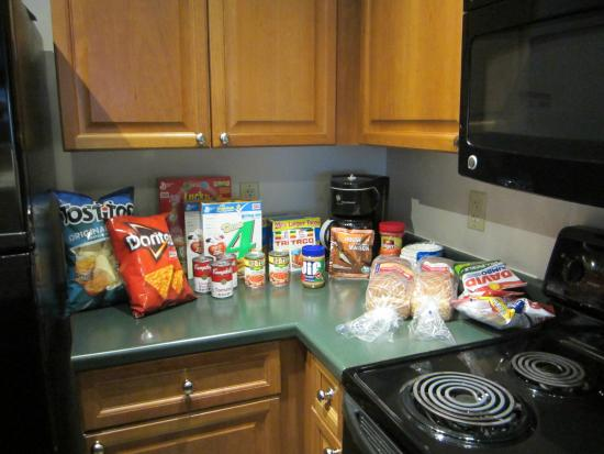Zephyr Mountain Lodge: The Grocery Guys shopped for us and left the groceries in the kitchen!! AMAZING!!