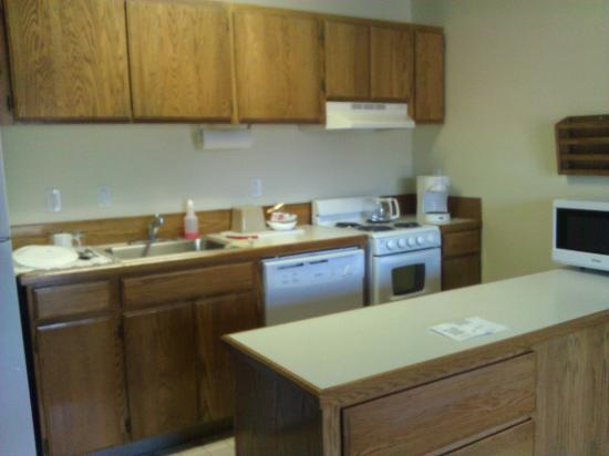 Bend Riverside Inn & Suites: Room 323 - kitchen