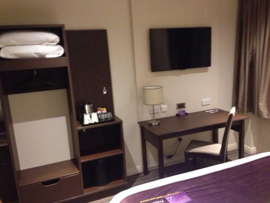 Premier Inn London Hendon (The Hyde) Hotel : Reasonable working area, with a big, better TV