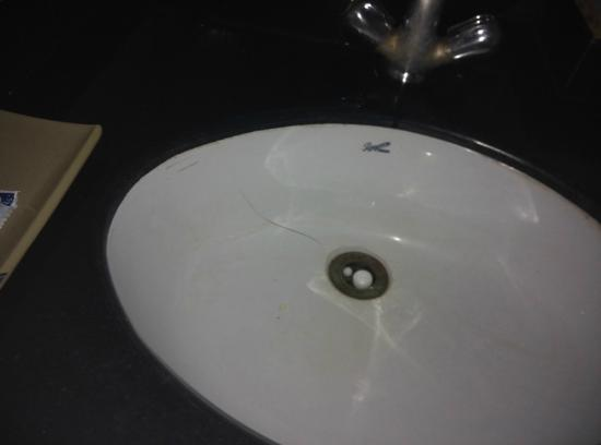 Hotel Park Inn: uncleaned and unhygenic bathroom, was able to see actual hairs, and some spit marks