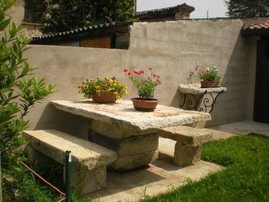 Il giardino sul retro con tavolo e sedute in pietra antica bilde av b b la finestra sul - La finestra sul giardino ...