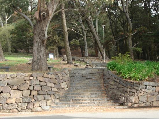 Escaleras de piedra para ascender al fuerte en la cima - Escaleras de piedra ...